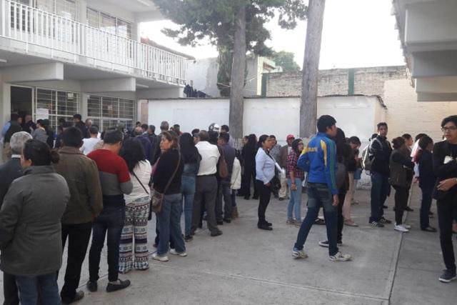 Largas filas de votantes al iniciar la jornada electoral en la capital