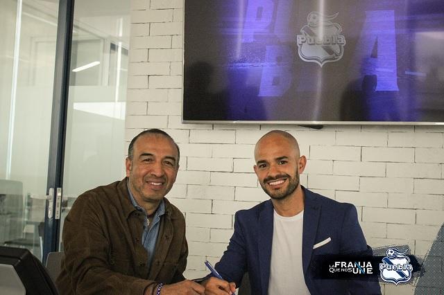 Firma Francisco Acuña por tres años más en el Club Puebla