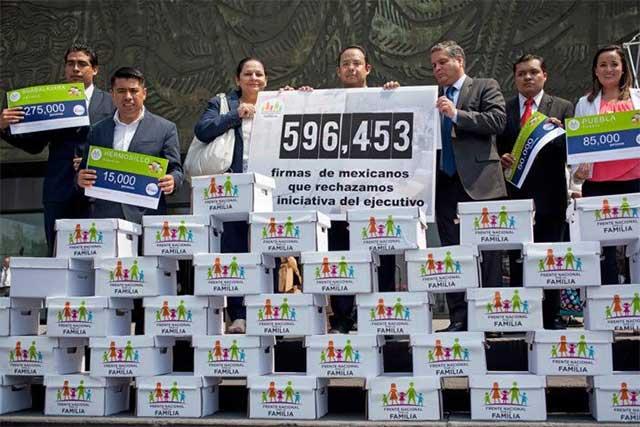 El Frente por la Familia entrega al PAN 596 mil firmas contra bodas gay