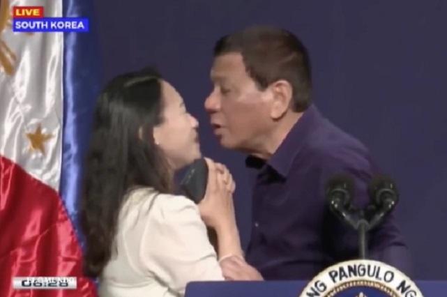 Presidente de Filipinas insiste y logra que una mujer lo bese y desata críticas