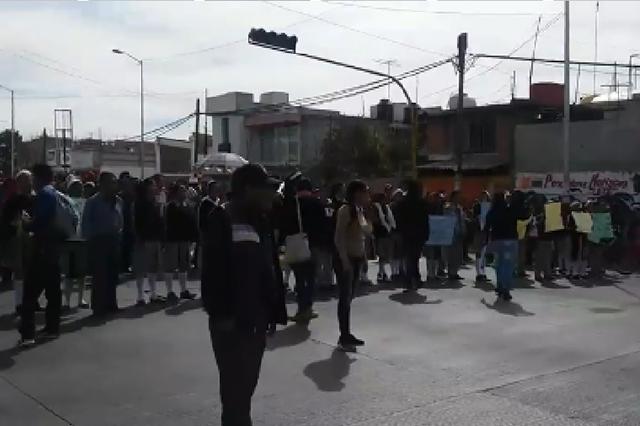 Bloquean estudiantes de la FNNERRR la carretera federal a Tehuacán