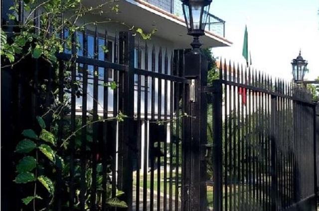 Defensor de derechos humanos lanza insultos en la embajada de Cuba
