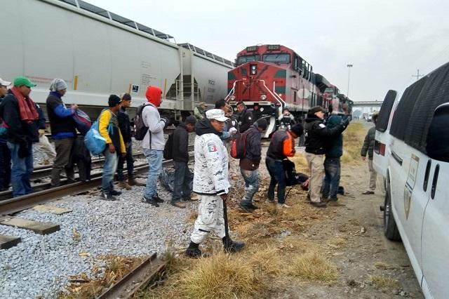 Bajan de La Bestia a 28 migrantes centroamericanos en Serdán
