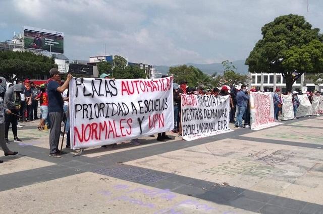 Normalistas vandalizan sede del gobierno en Chiapas