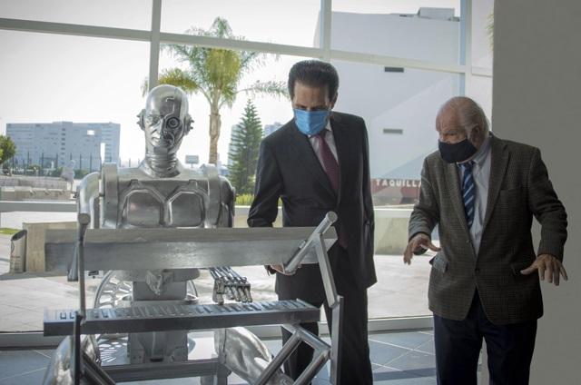 La BUAP devela escultura del robot Don Cuco El Guapo