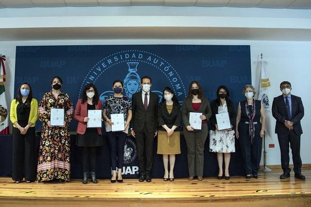 Entrega Esparza definitividades a 136 académicos de la BUAP