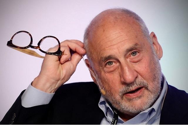 Premio Nobel apoya gravar a los grandes consorcios