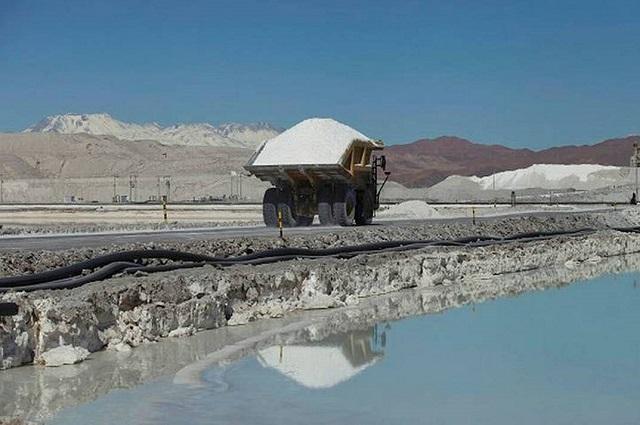 Grupos extranjeros quieren más concesiones para explotar litio