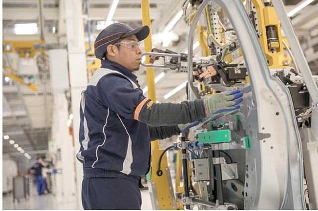 Mejora pago de horas en la industria manufacturera de Puebla