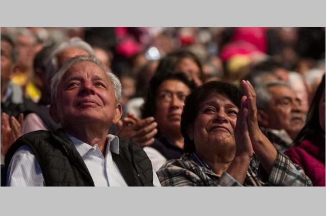 Anuncia AMLO aumento al doble de pensiones para adultos mayores