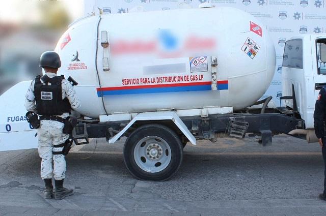 Aseguran vehículo cisterna con gas LP, abandonando en Puebla