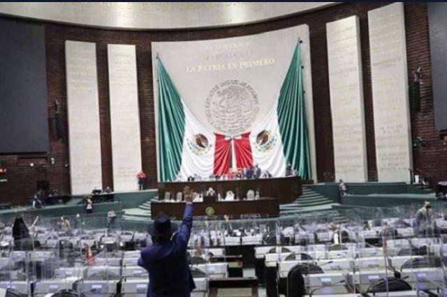 Propone Morena recorte de 100 diputados y 32 senadores