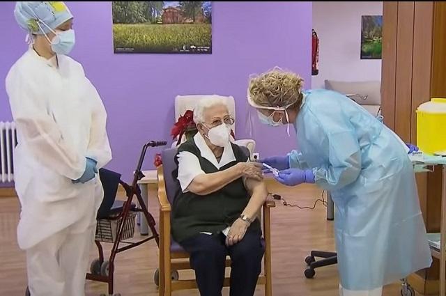 Comienzan a vacunar a los adultos mayores del país