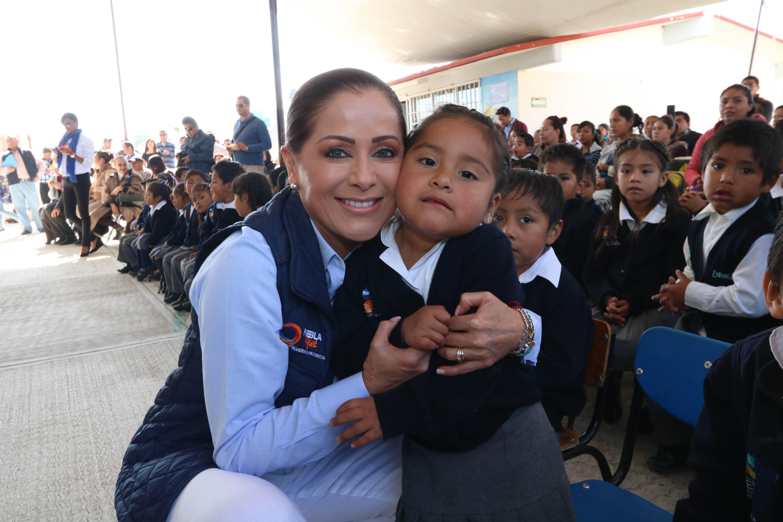 Dinorah López de Gali entrega aula de medios a preescolar