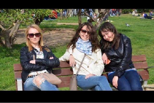 Foto de tres chicas en un parque atrapa a internautas