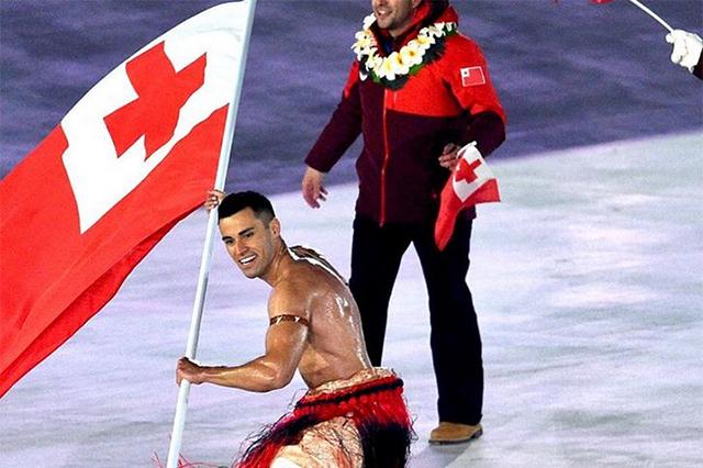 ¡Lo volvió a hacer! Abanderado de Tonga desfila semidesnudo en apertura de los JO