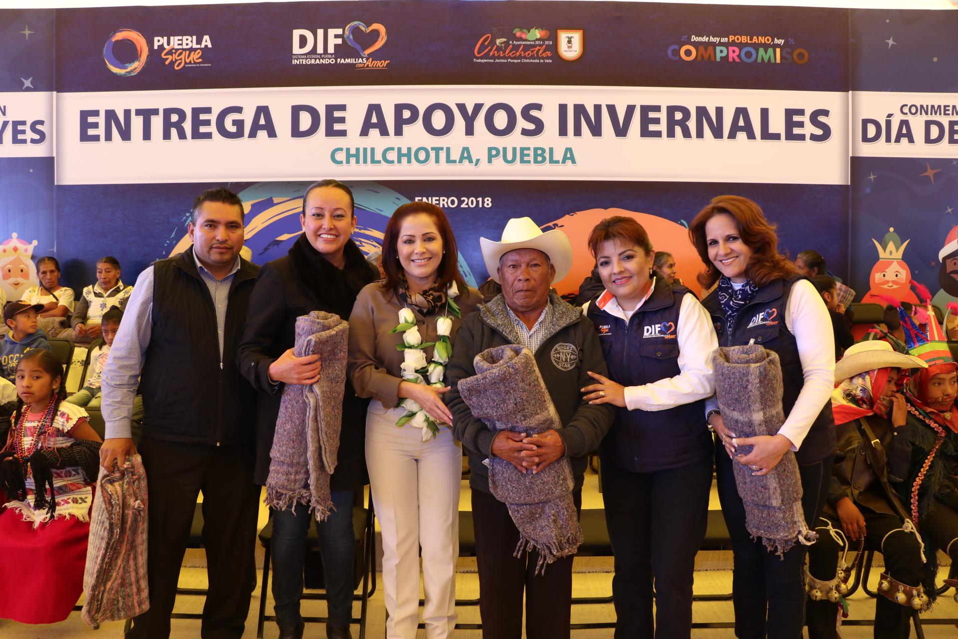 Dinorah López de Gali entrega  apoyos invernales en Chilchotla