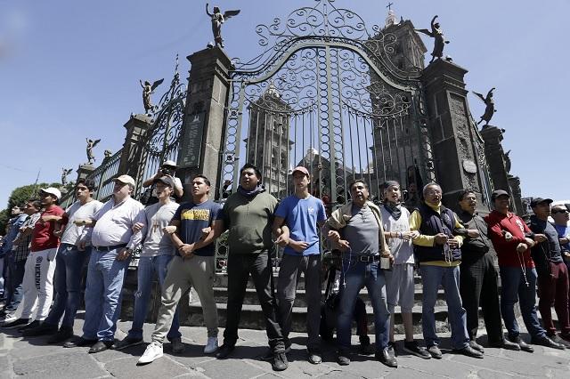 Cadenas humanas protegen de vandalismo templos del centro de Puebla