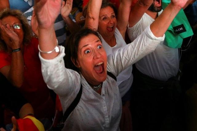 Fotos virales: Captan cómo en Cataluña pasan de la euforia a la decepción