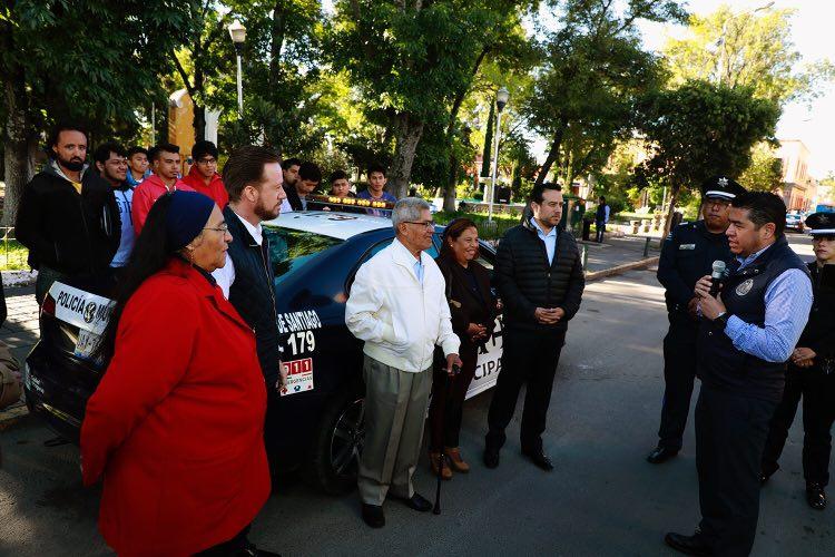 Luis Banck entregó patrulla a vecinos del Barrio de Santiago