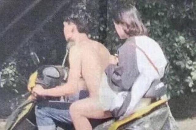 Foto escandaliza porque ven a motociclista que conduce desnudo