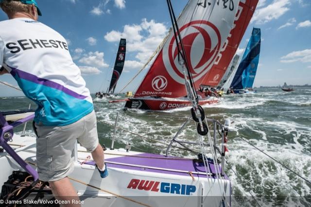 ¡El velero del equipo de chinos…vencedor de la carrera alrededor del globo!