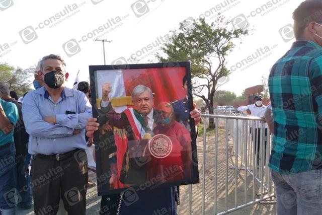 Tumultos en Zinacatepec para saludar y hacer peticiones a AMLO