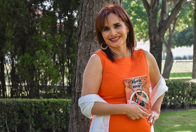 Egresada UDLAP presenta libro sobre la lucha contra el cáncer