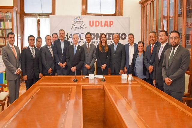 UDLAP y Congreso del Estado becan a 10 estudiantes de licenciatura