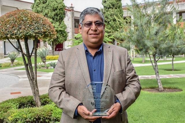 Colegio de Ingenieros reconoce labor de catedrático de la UDLAP