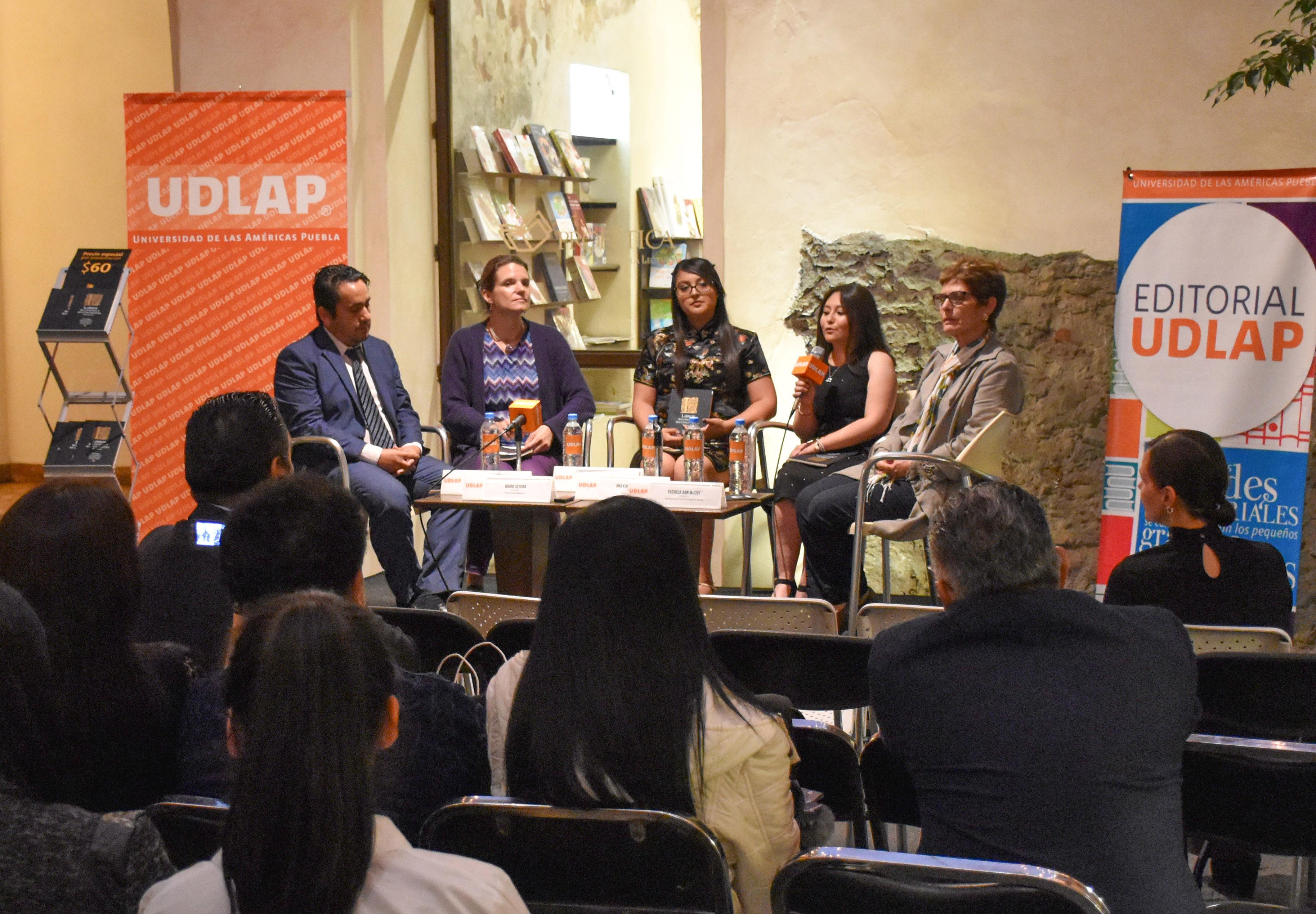 Docentes UDLAP abordan historia de los libros bilingües en México