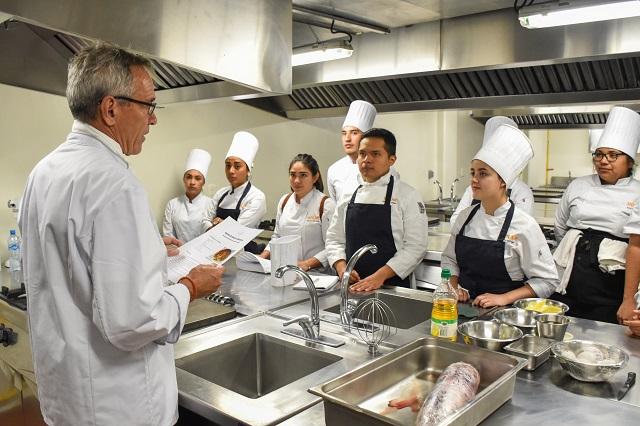 Reconocido chef suizo trabaja con alumnos de Artes Culinarias, UDLAP