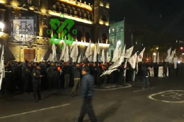 Manifestantes exigen en Palacio Nacional que ya no despidan a trabajadores