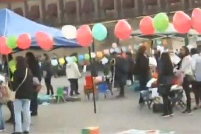 Trabajadores de estancias infantiles protestan en el Zócalo capitalino