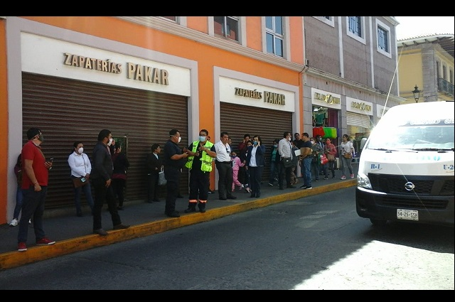 Laboran sin sana distancia en bancos de Teziutlán