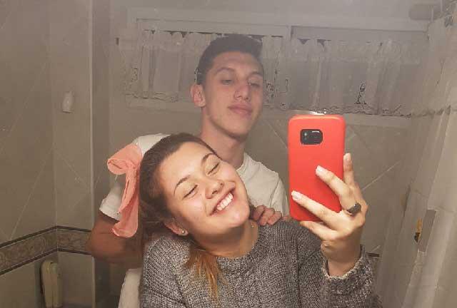 Pareja se toma selfie en el baño y foto se viraliza por detalle detrás de ellos