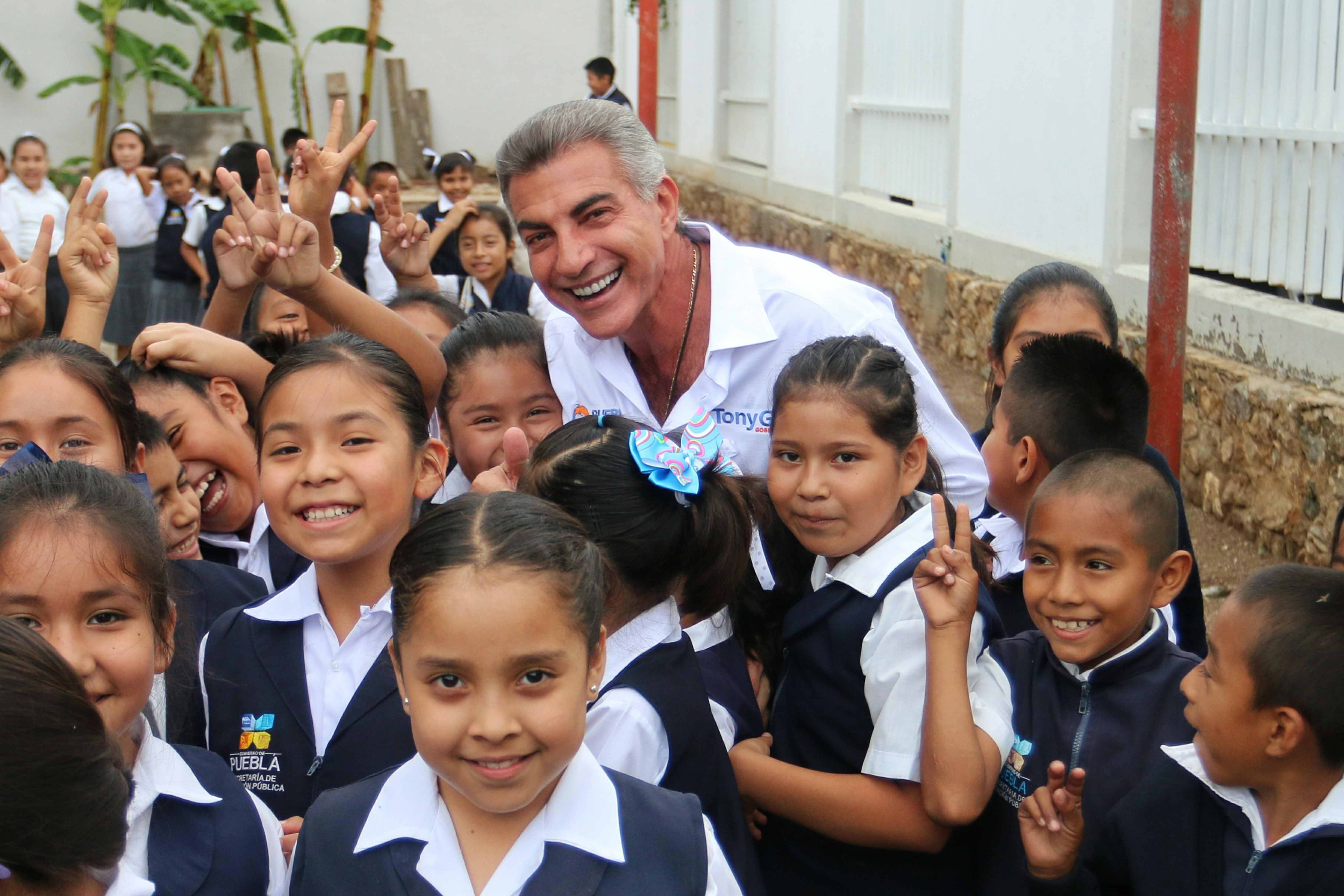 Entrega Gali en Coxcatlán paquetes escolares y equipos de salud