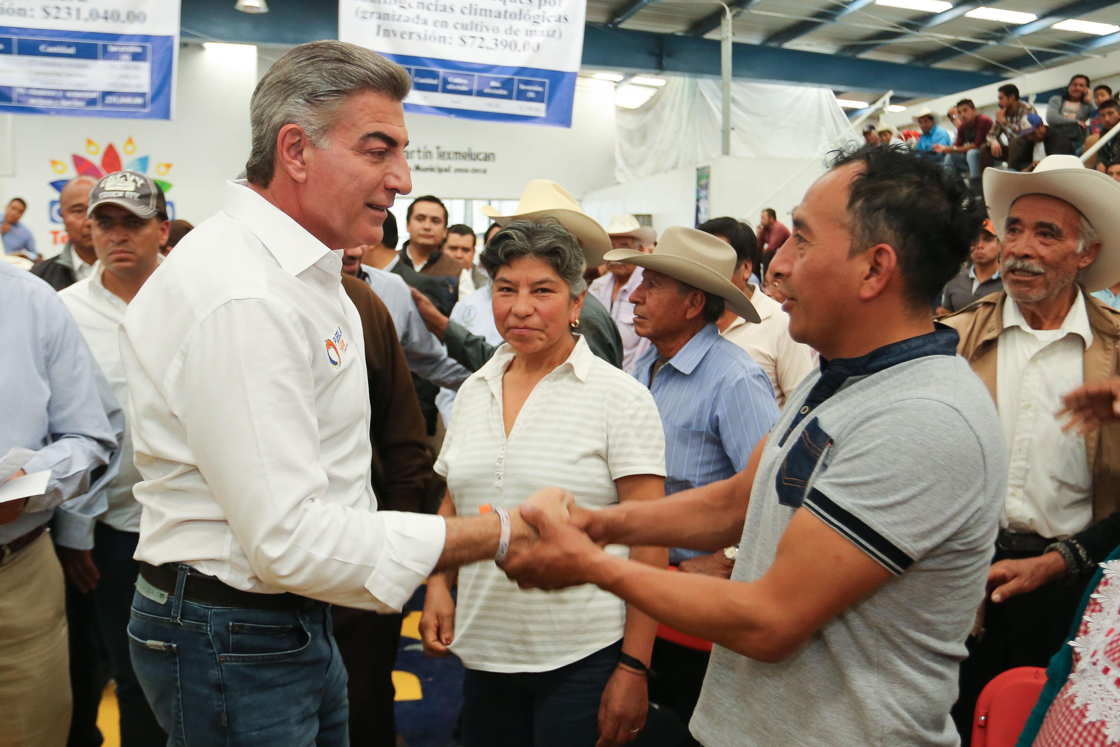 Entrega Antonio Gali apoyos al campo en San Martín Texmelucan