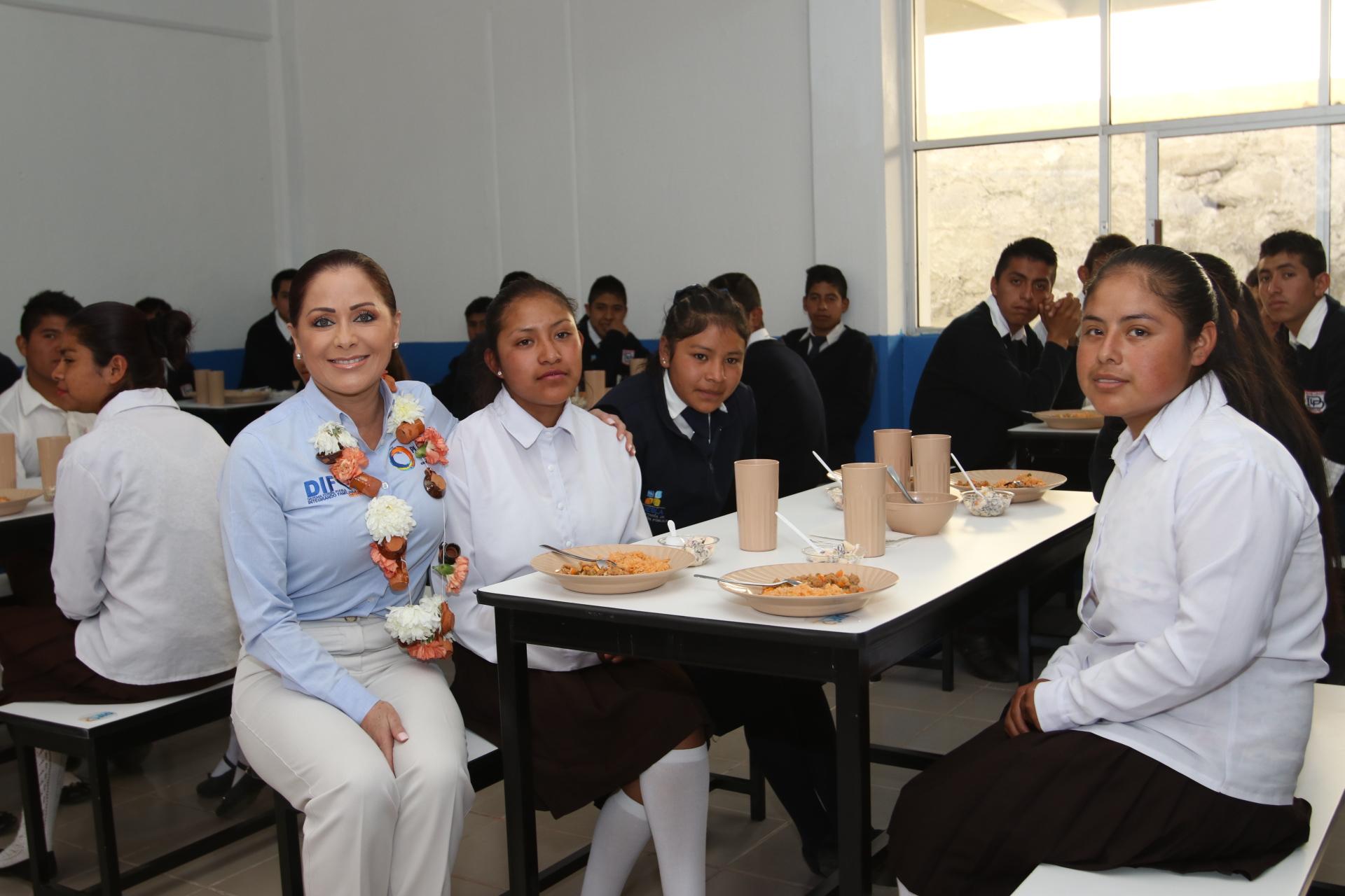 Lleva SEDIF a familias de Zautla programas alimentarios