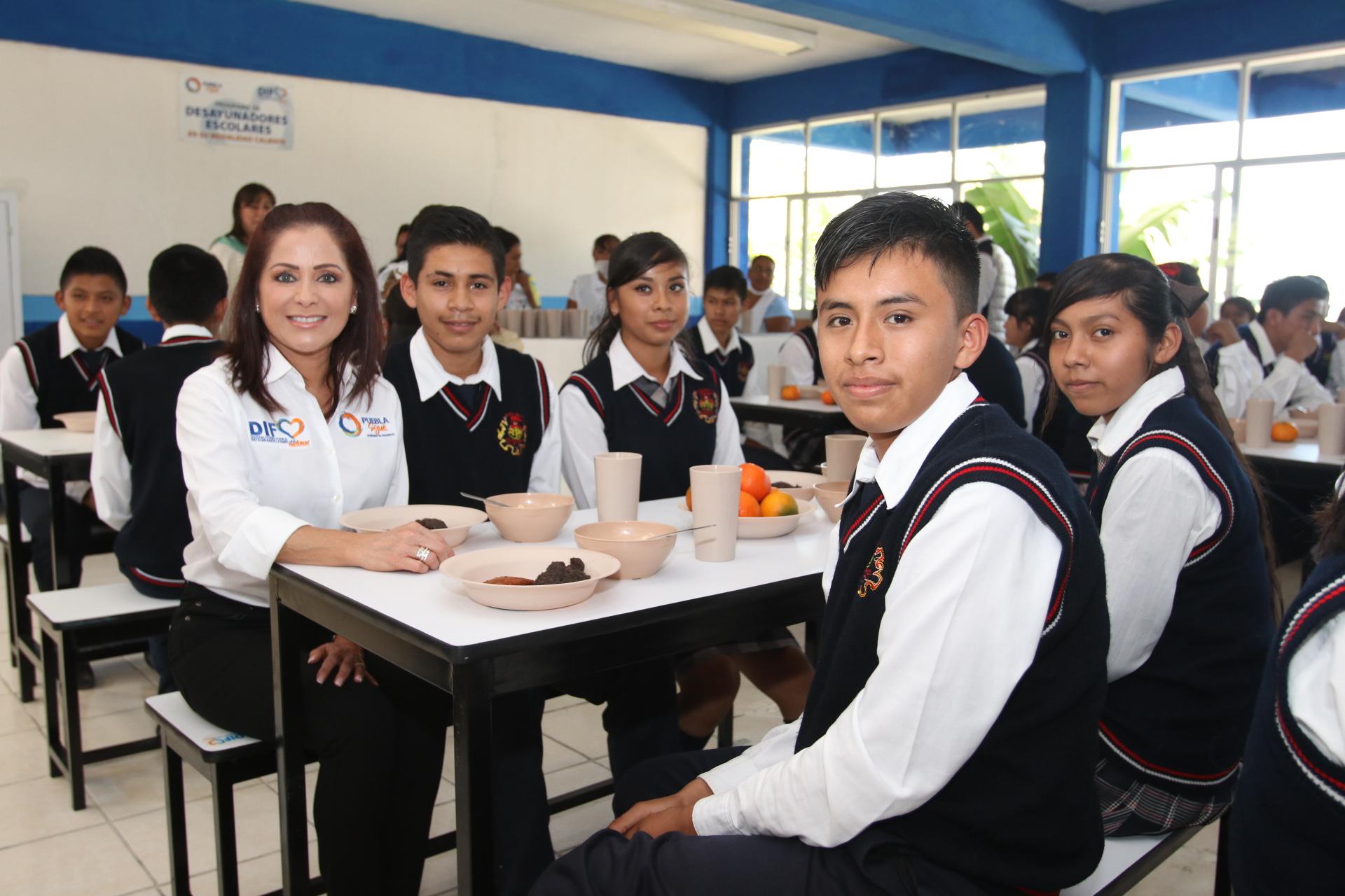 Dinorah López de Gali entrega apoyos del SEDIF en Tenampulco