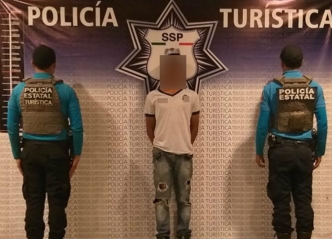 Policía detiene a jovencito robachicos en centro de Puebla
