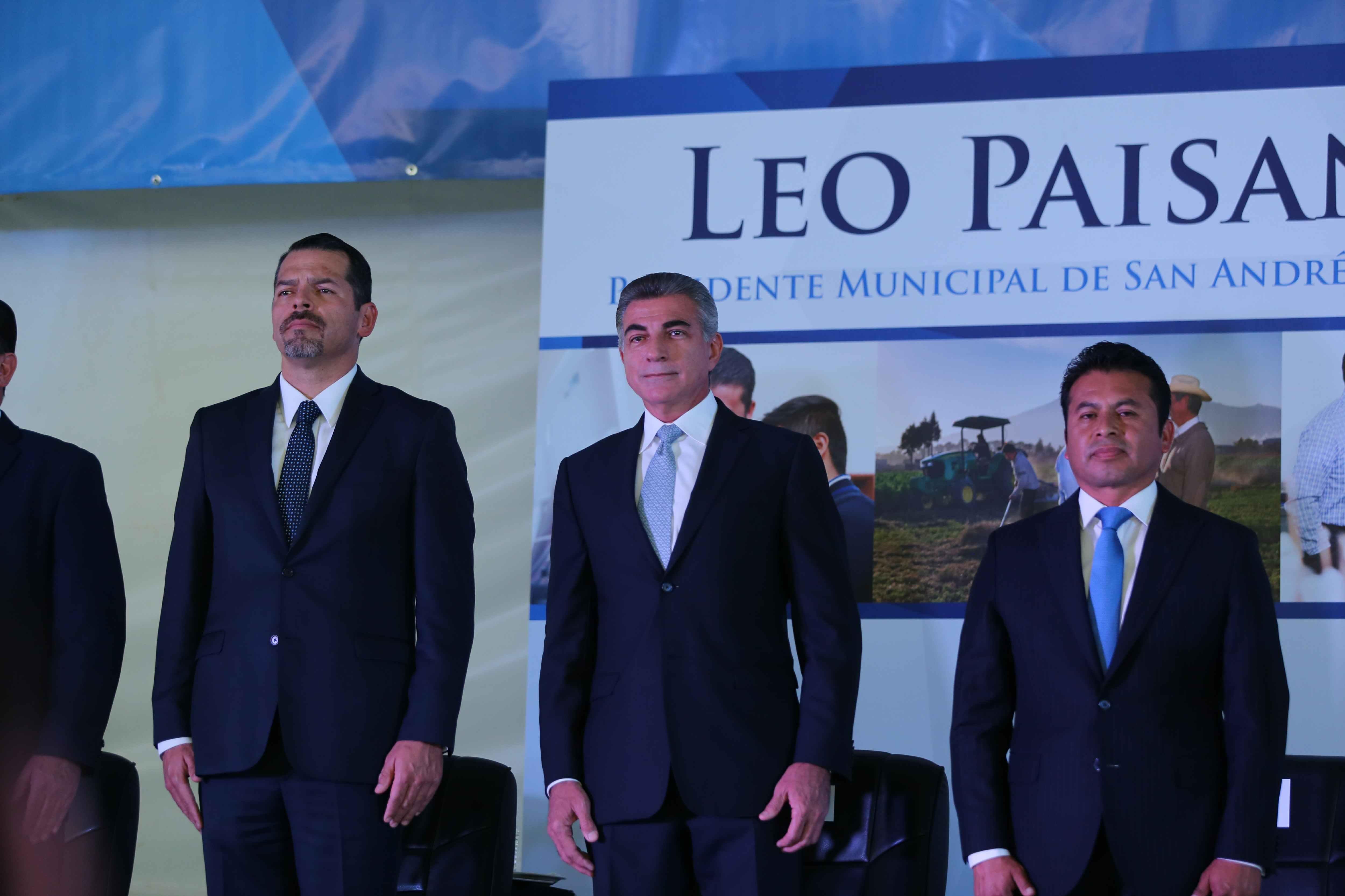 Gali acompaña a Leoncio Paisano  en su cuarto informe de labores