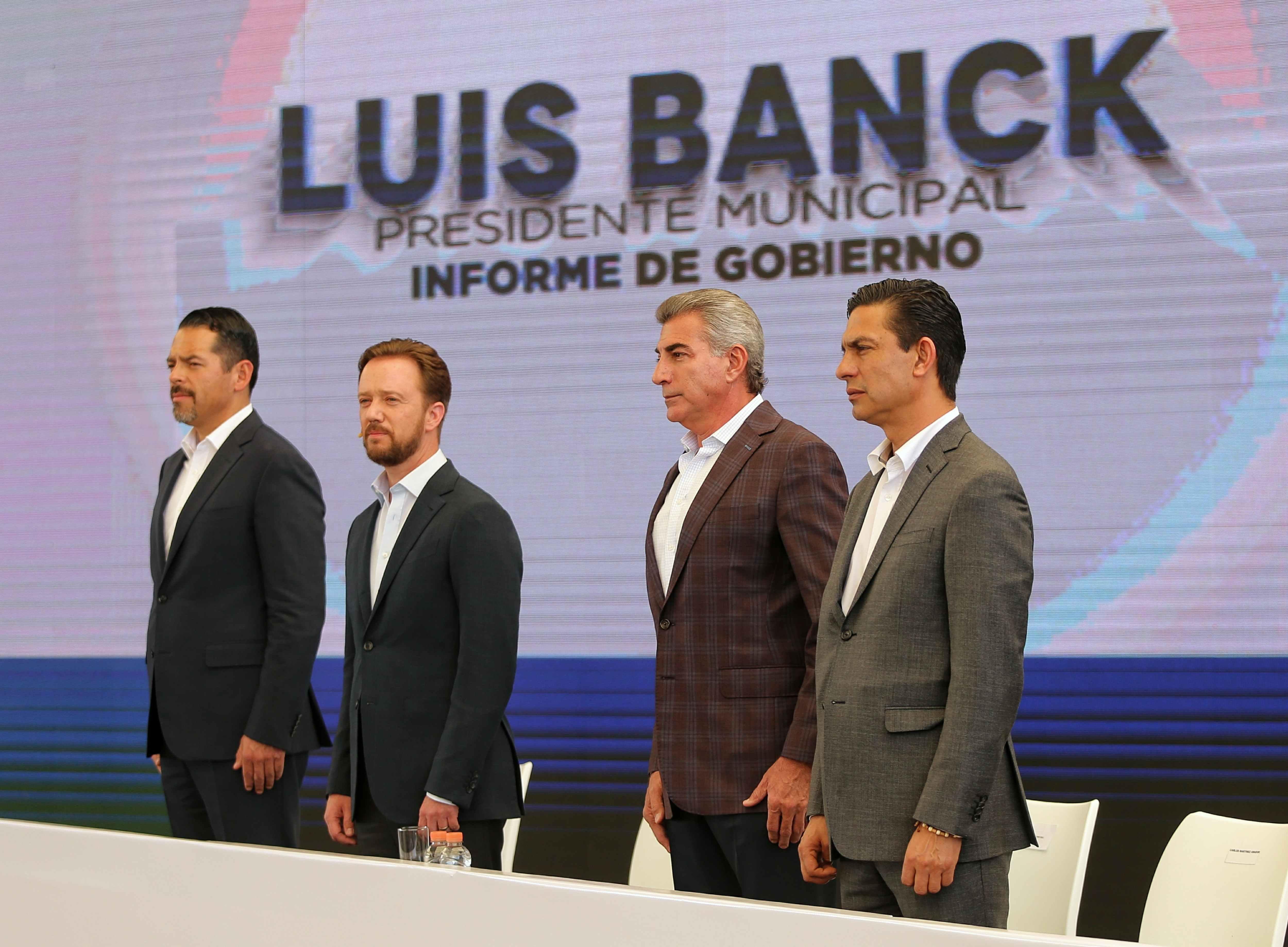 Acude Gali al informe de labores de Luis Banck