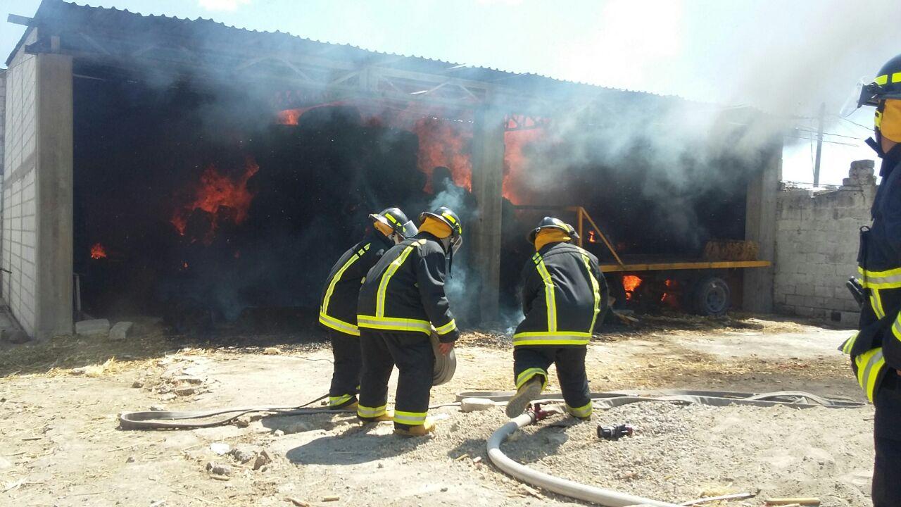 Bomberos de Puebla sofocan incendio en bodega de Nopalucan