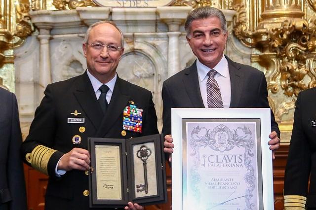 Entrega gobernador Gali la Clavis Palafoxiana al secretario de Marina