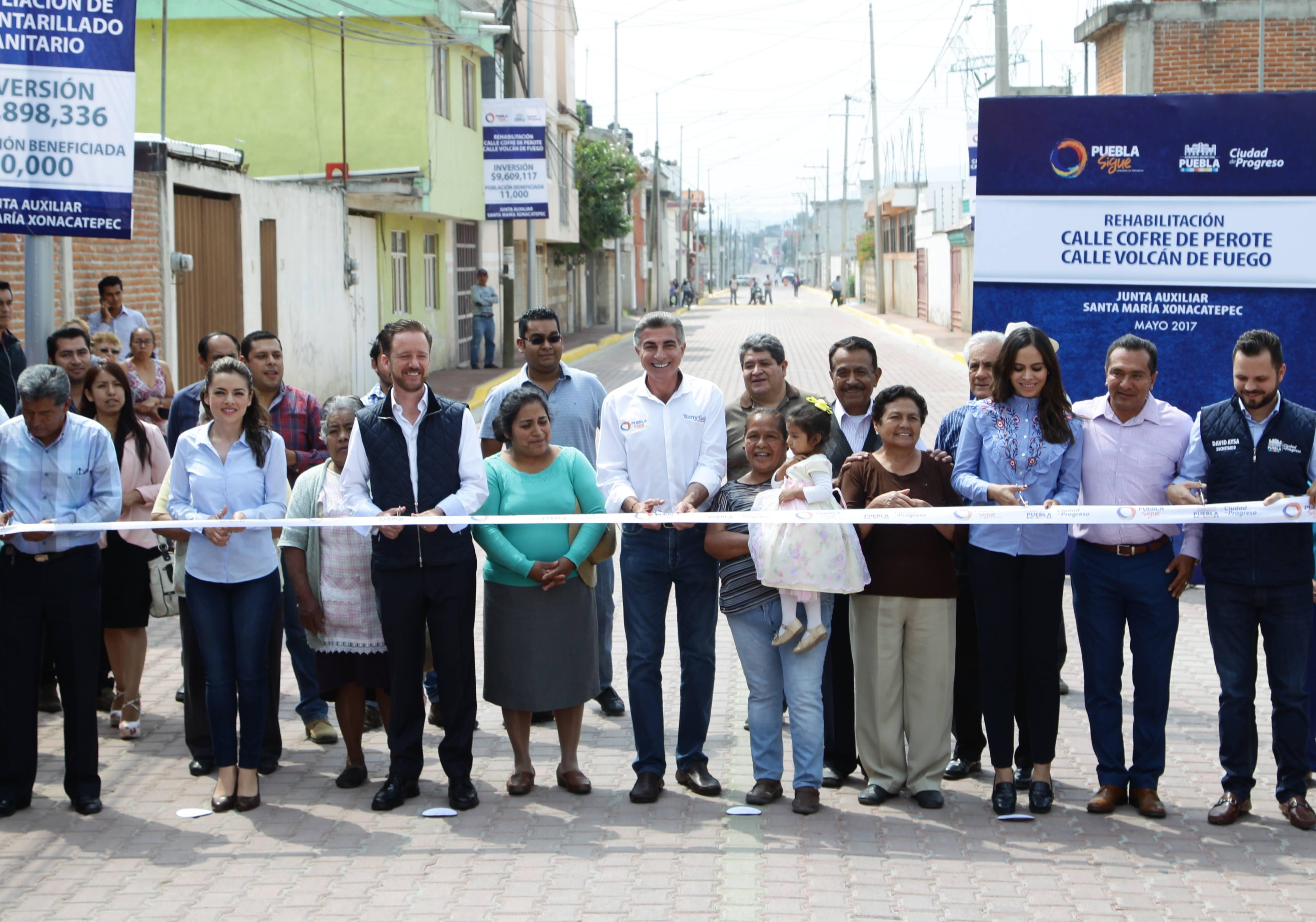 Gali y Banck entregan rehabilitación de calles a vecinos de Xonacatepec