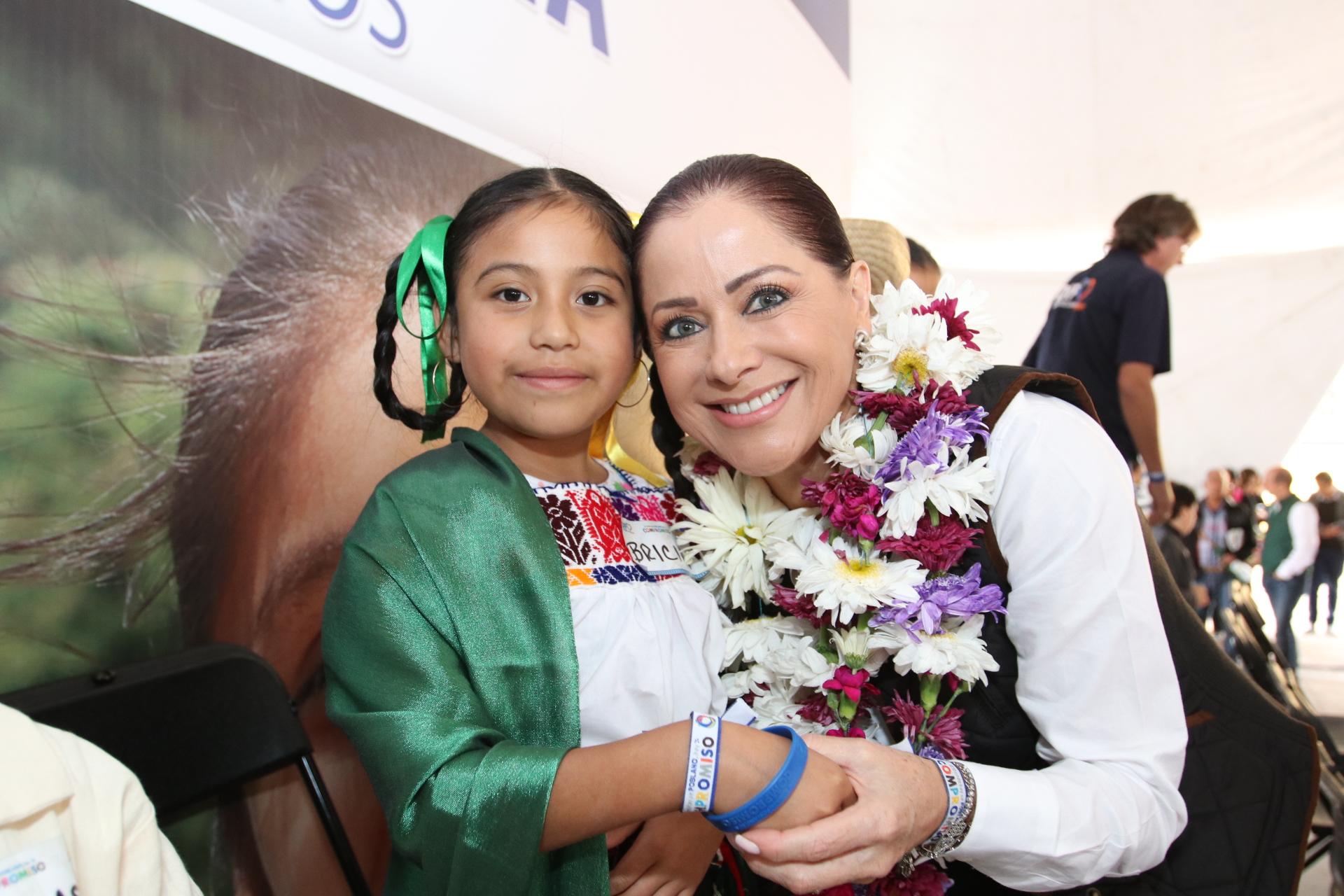 Entrega Dinorah López de Gali apoyos en Teziutlán