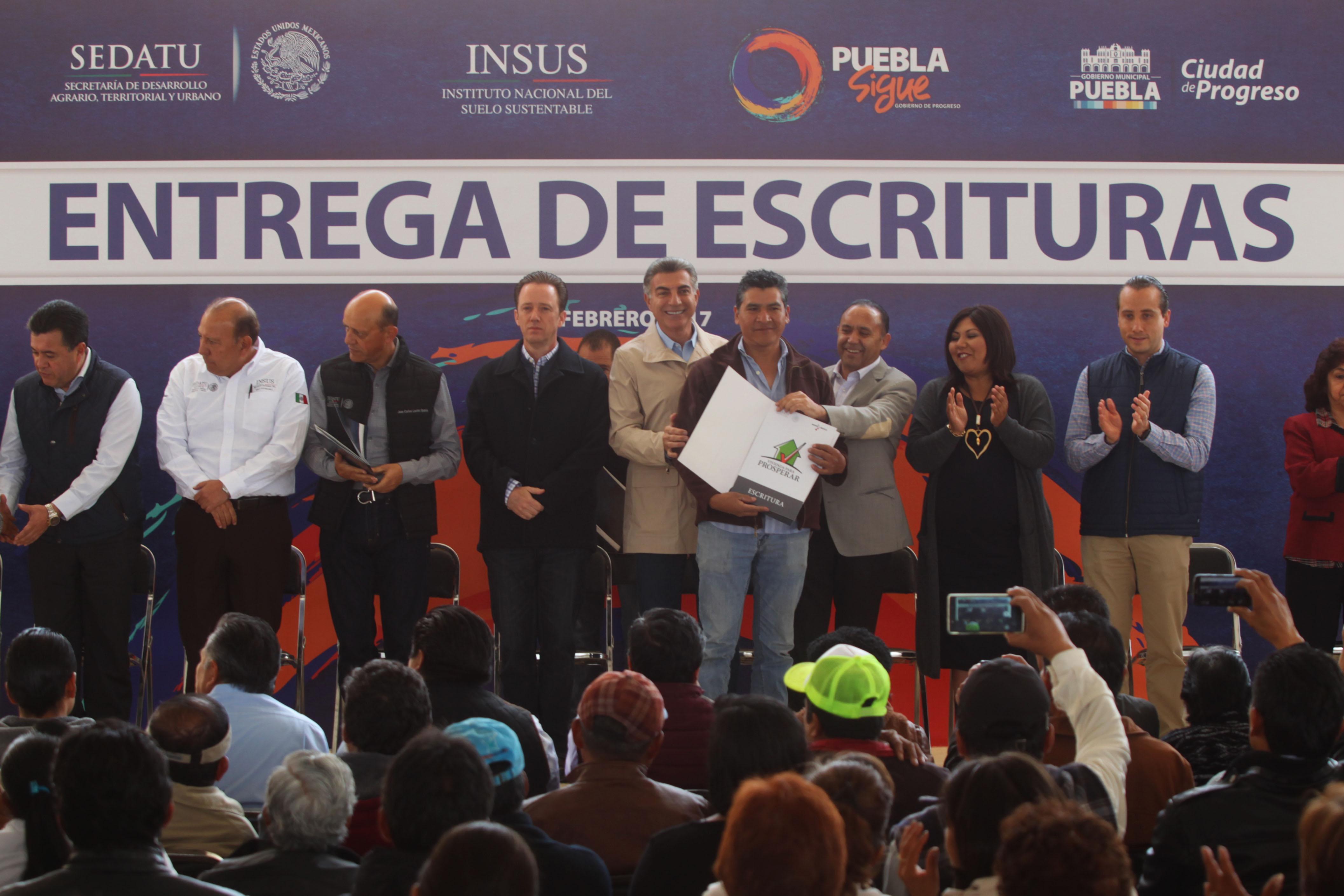 Entrega Gali escrituras en San Pablo Xochimehuacán