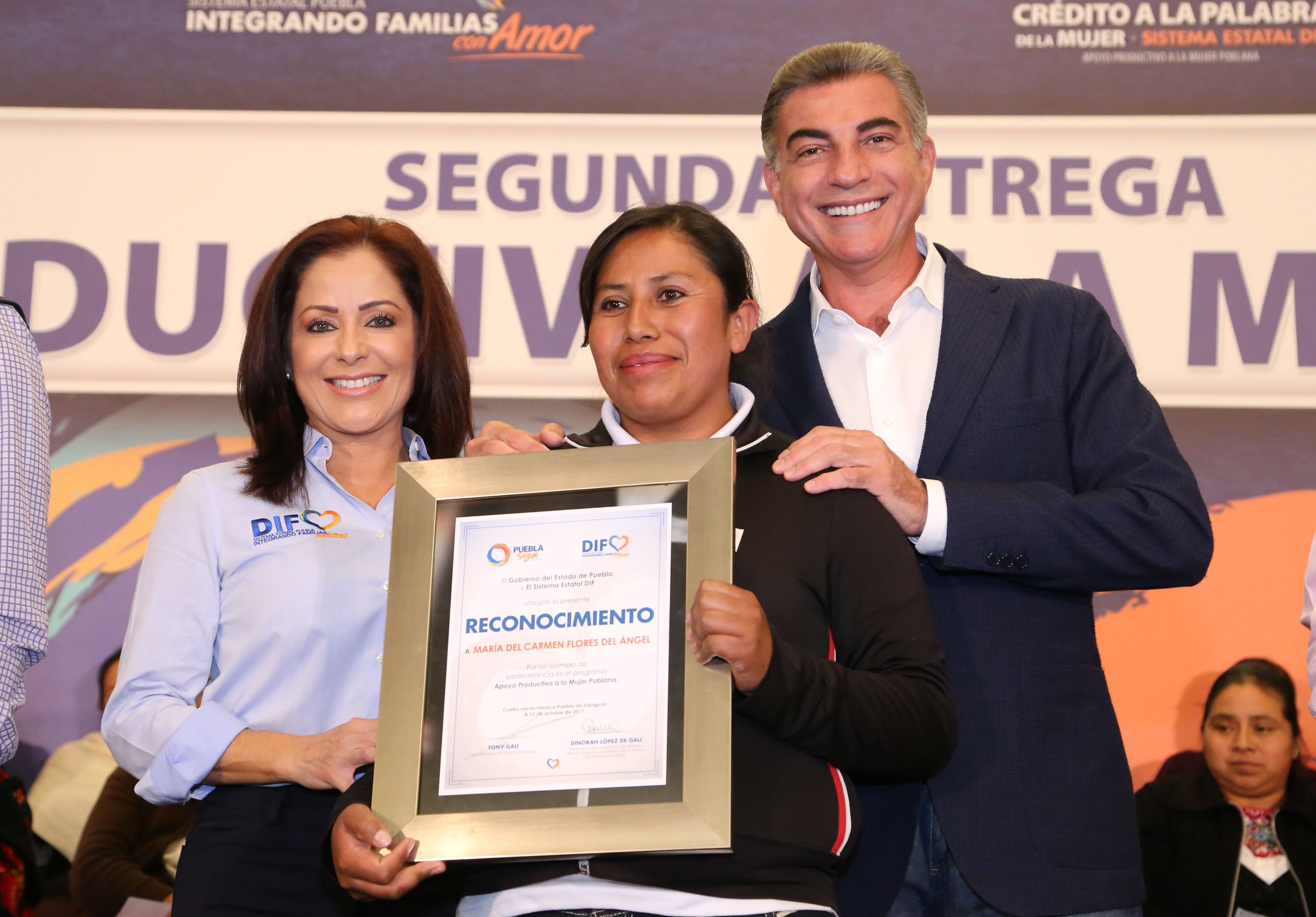 Gali y Dinorah López entregan cheques de Crédito a la Palabra de la Mujer
