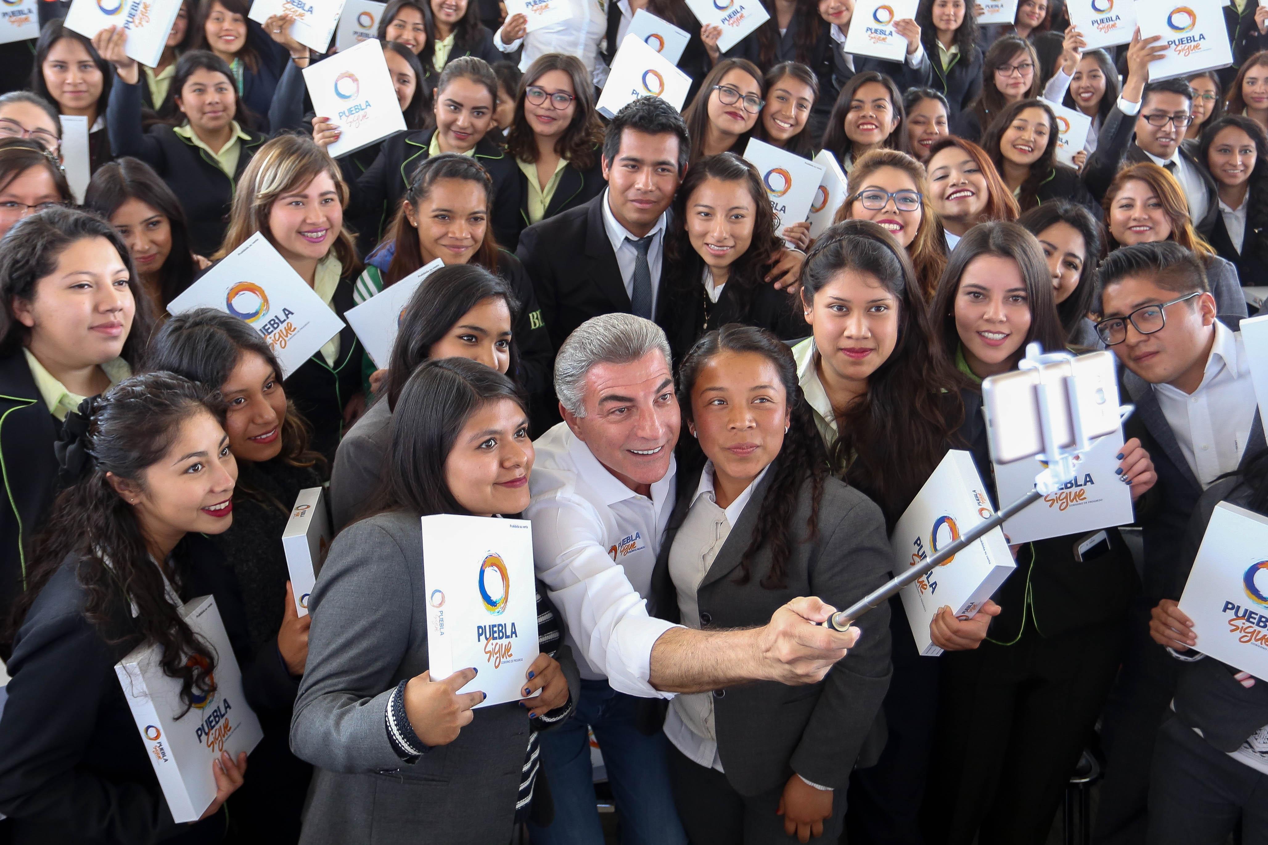 Con 3 mil tabletas electrónicas Gali reconoce a estudiantes destacados